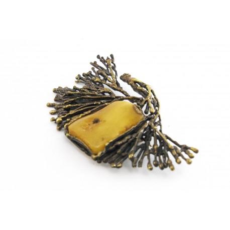 Žalvarinė sagė su geltonu Baltijos gintaru