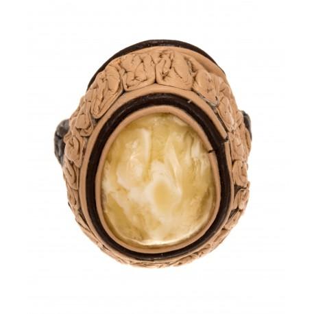 Smėlio spalvos odos žiedas su baltu gintaru
