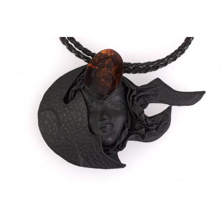 """Juodos odos koljė su gintaru """"Mėnulio deivė"""""""