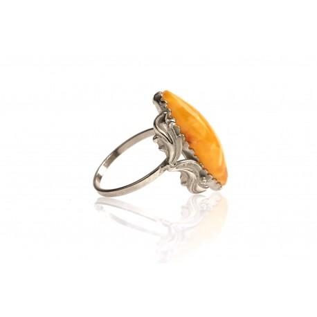 Antikvarinis metalinis žiedas su geltonuoju gintaru.