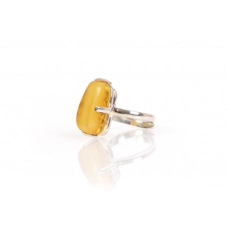 Sidabrinis žiedas su geltonojo gintaro akute