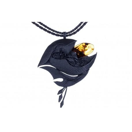 """Odinis koljė su geltonos spalvos gintaru """"Bangų glėbyje"""""""