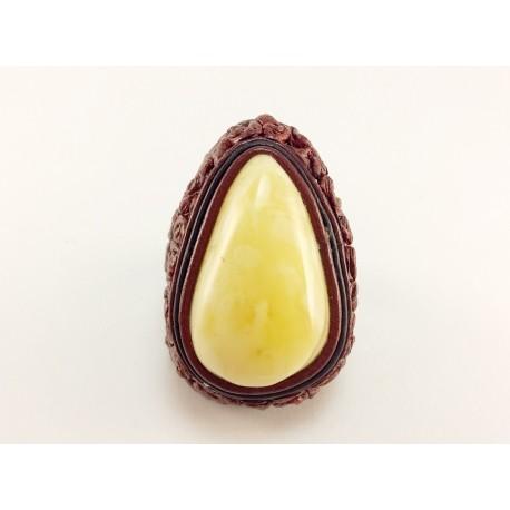 """Varinės spalvos odinis žiedas su baltuoju gintaru """"Šokoladas"""""""