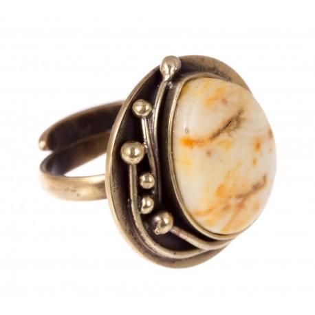 Žalvarinis žiedas su geltonu gintaru