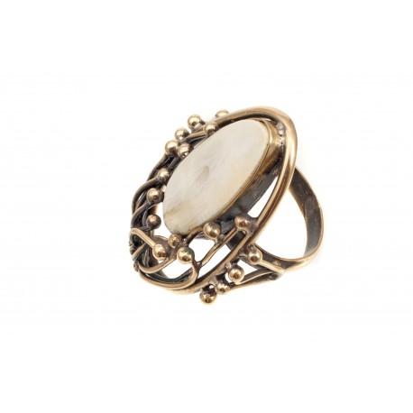 Žalvarinis žiedas su pjautiniu baltuoju gintaru