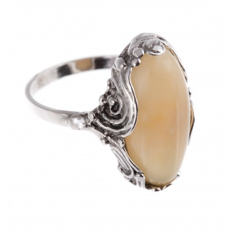 Sidabrinis žiedas su baltu gintaru