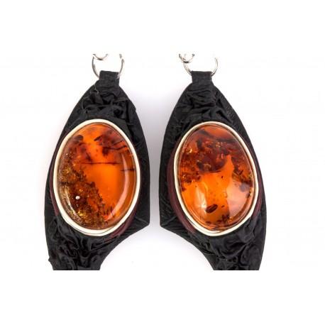 Juodos ir vyšninės spalvos odos auskarai su skaidriu gintaru