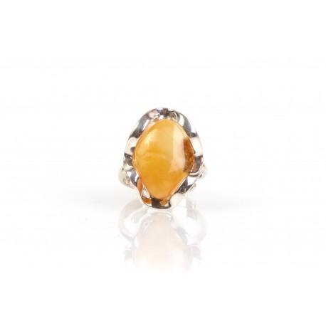 Sidabrinis žiedas su geltonos spalvos gintaru
